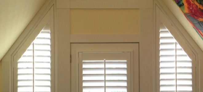 Angled sidelights with a door.
